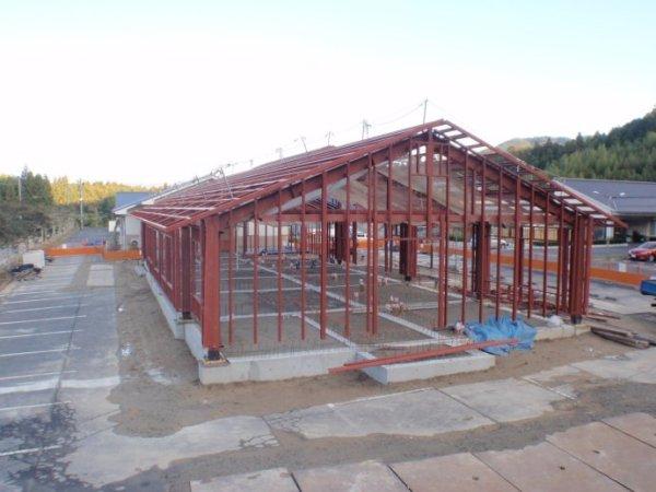 双坡屋面单层重型钢结构承重框架,搭建完成时的施工现场全景.